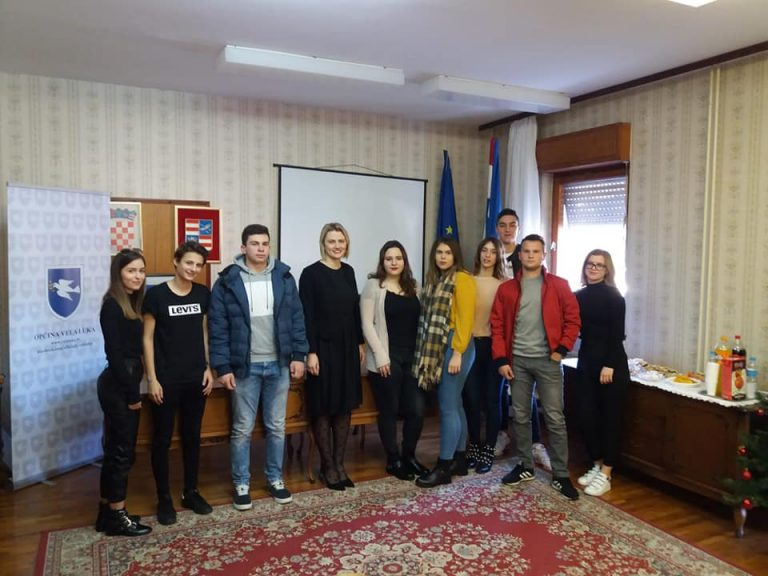 Načelnica Općine Vela Luka Katarina Gugić potpisala je ugovor s deset učenika/studenata za školsku/akademsku godinu 2019./2020.